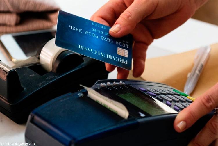 Mesmo com o aumento no uso de cartões de débito e crédito, arrecadação de impostos dos estados e municípios não melhorou