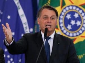 Bolsonaro diz que AGU prepara ação sobre cobrança do ICMS de combustíveis