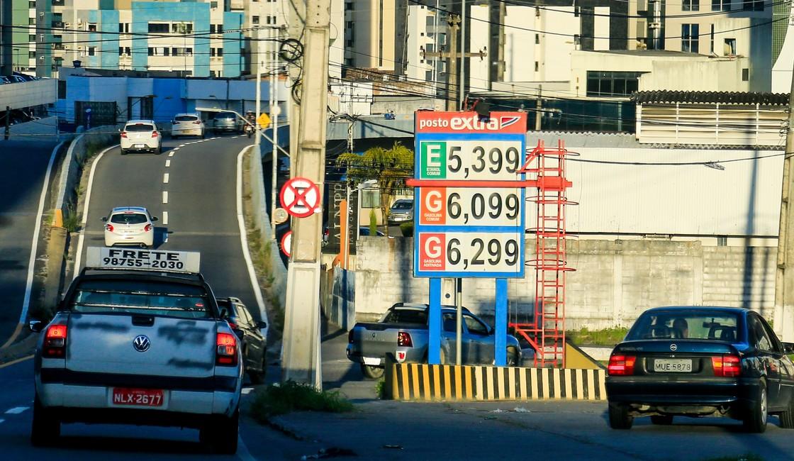Passando de R$ 6, preço da gasolina em Alagoas acumula alta de 26% em 2021